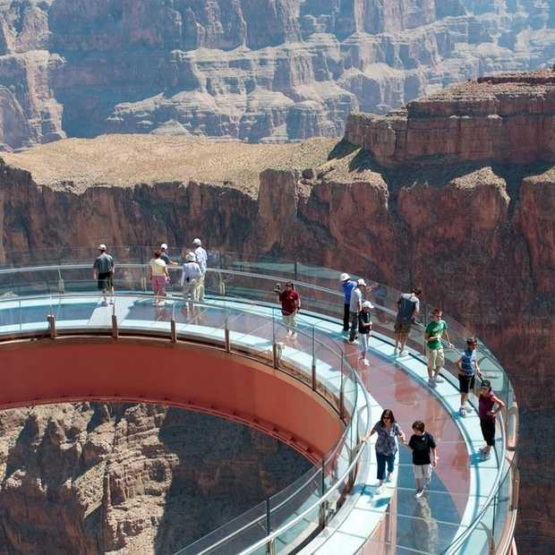 Adembenemende skywalk over de Grand Canyon