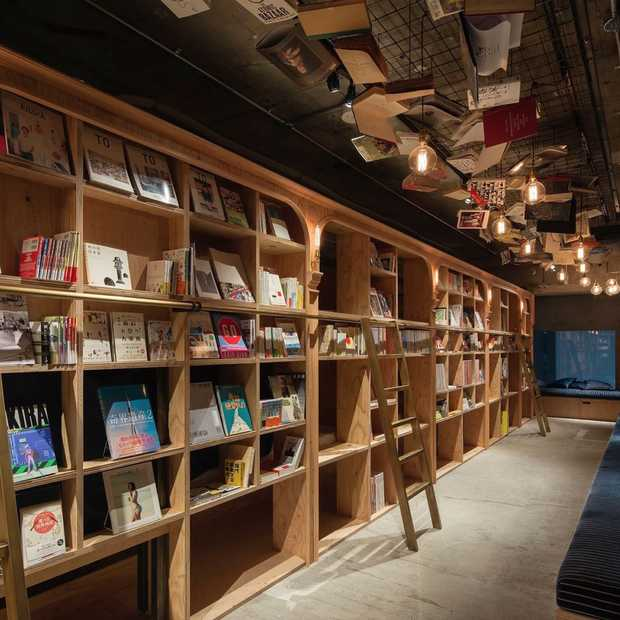 In Japan kun je slapen in een boekenkast-hostel