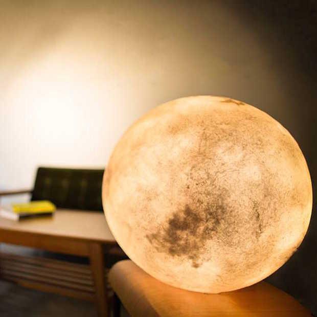 Gave lamp die eruit ziet als de maan