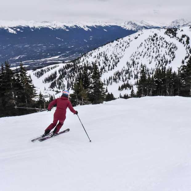 De serene schoonheid van wintersport in Marmot Basin in Canada
