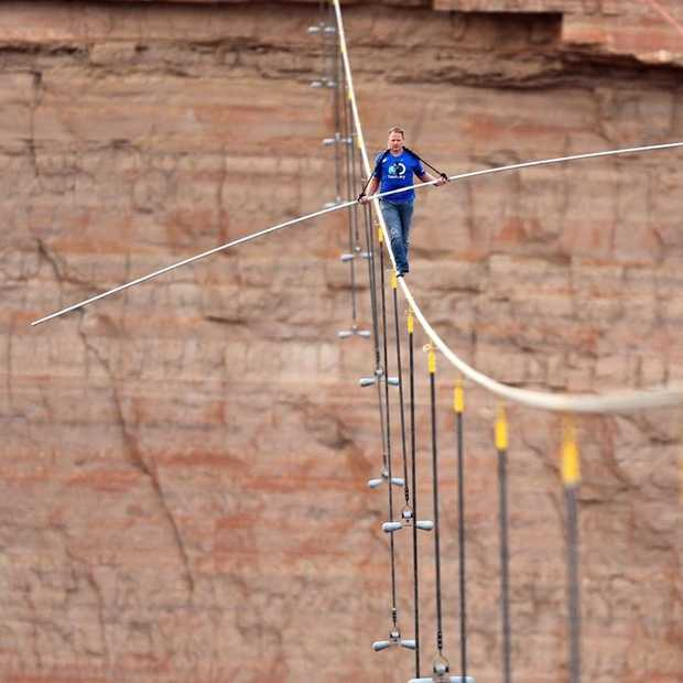 OMG! Nik Wallenda did it! Skywalk over de Grand Canyon zonder zekering