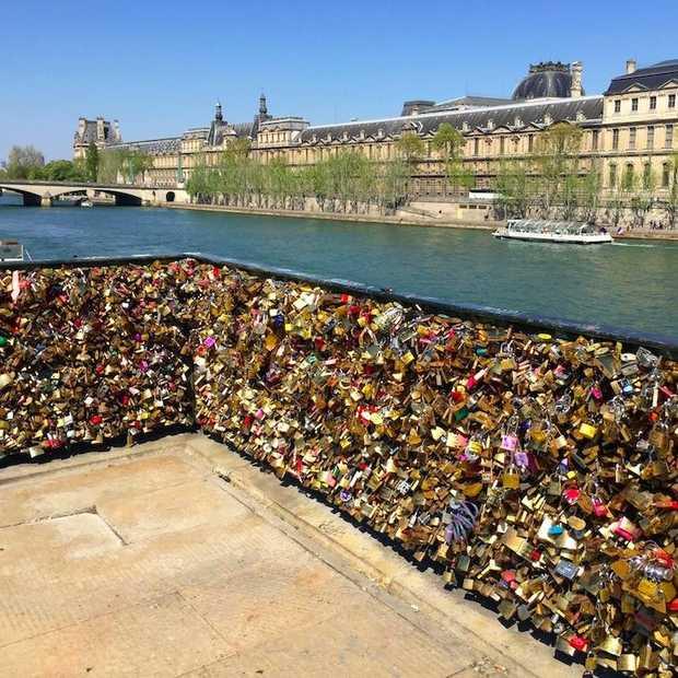 Slotjes aan de slotjesbrug in Parijs hangen niet meer mogelijk